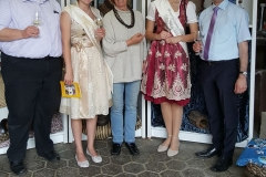 Verbandsgemeindeweinfest Mai 2016: v.l.n.r. Ortsbürgermeister Geier, VG-Weinkönigin Bianca, Elke Scheiner, VG-Weinprinzessin Evelyn, VG-Bürgermeister Conrad